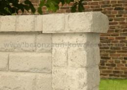 BETONZAUN KOWALEWSKI - Betonzaun Altstein, Dekorpfosten, Pfostenkappe in Dekor, gestrichen in RAL 1013