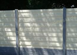 BETONZAUN KOWALEWSKI - Betonzaun Standard Eleganz S mit Sockelplatte Block-Stone, einseitig in RAL 1015 und Pfosten sowie Sockelplatte in Basalt 11,