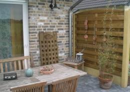 BETONZAUN KOWALEWSKI - Terassenabtrenung mit Beton-Holz-Kombination als Terrassenabtrennung