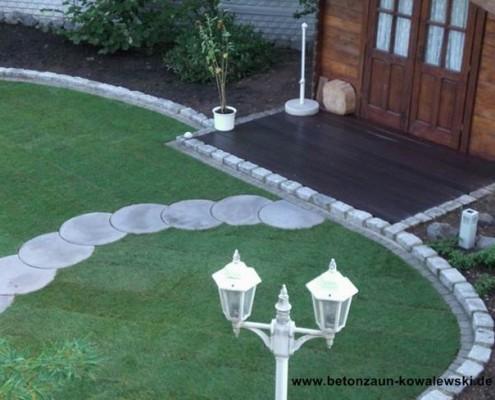 BETONZAUN KOWALEWSKI - Rasen mit runden Trittplatten
