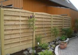 BETONZAUN KOWALEWSKI - Beton-Holz-Kombi Zaunanlage gebogene Ausführung mit glatter Unterplatte in gelb
