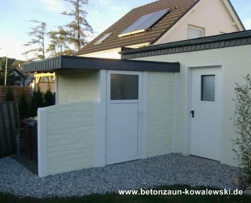 BETONZAUN KOWALEWSKI - Betonzaun Romania in RAL 1015 mit Pfosten in Weiß als Gartenhaus