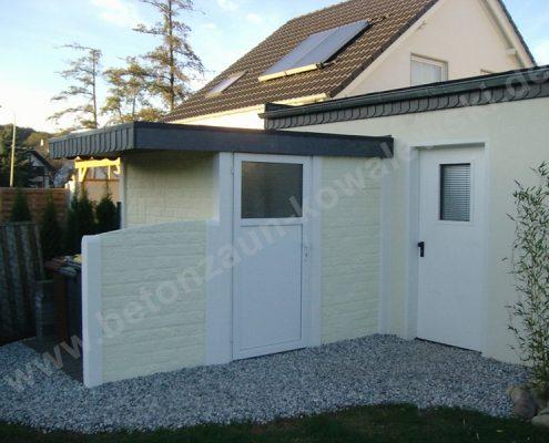 BETONZAUN KOWALEWSKI - Betonzaun Standard Romania in RAL 1015 mit Pfosten in Weiß als Gartenhaus