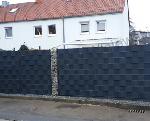 BETONZAUN KOWALEWSKI - Zaunanlage aus Doppelstabmatte mit Gabionensäulen und Sichtschutzstreifen in RAL 7016